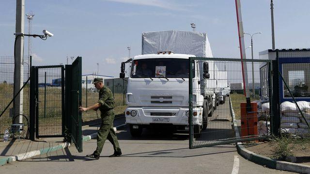 Le convoi humanitaire s'apprêtant à passer la frontière ukrainienne. [AP Photo/Sergei Grits - Keystone]