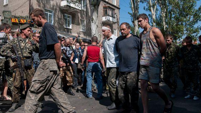 Les rebelles pro-russes font défiler leurs prisonniers à Donetsk, le jour de l'Indépendance de l'Ukraine. [Antoine E.R. Delaunay - Keystone]