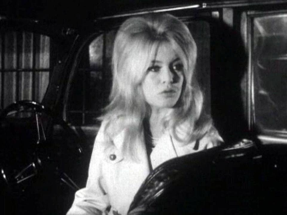 A Londres, Brigitte Bardot est harcelée par les paparazzi.
