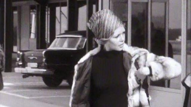 Une dernière cigarette pour Brigitte Bardot avant le vol pour Paris. [RTS]