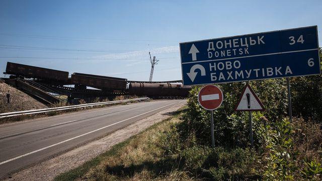 Un train arrêté sur un pont ferroviaire bloquait mercredi une route entre Charkov et Donetsk. [Keystone]