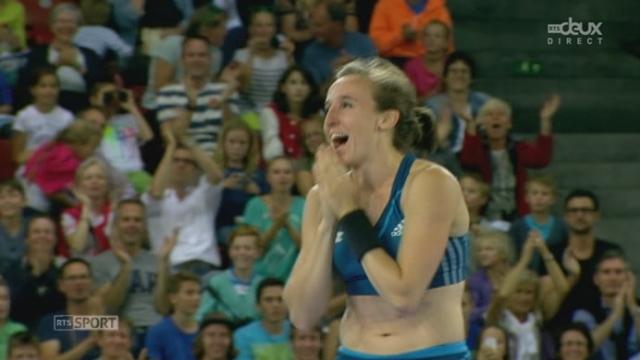 Saut à la perche. Nicole Büchler améliore par deux fois son record de Suisse. Ici avec 4m67 m [RTS]