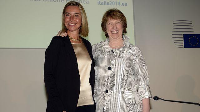 La nouvelle ministre des Affaires étrangères européennes, l'Italienne Federica Mogherini (à gauche), aux côtés de sa prédecesseure britannique Catherine Ashton. [Giuseppe ARESU - AFP]