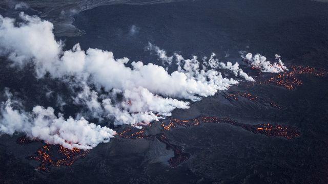 De la lave apparaît le long d'une fissure longue de 1 km sur le glacier de Vatnajokull, qui recouvre partiellement le volcan de Bardarbunga. [Marco Nescher - Reuters]