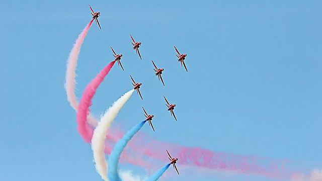 Red Arrows en démonstration aérienne. [Wiki commons]