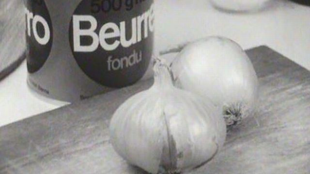 Des oigons, du beurre, du sel et de l'eau pour préparer la soupe. [RTS]