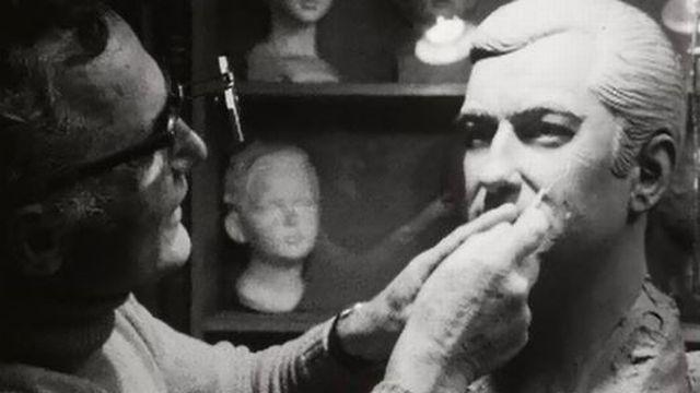 Le sculpteur Kounoff travaille le buste de l'acteur François Périer. [RTS]