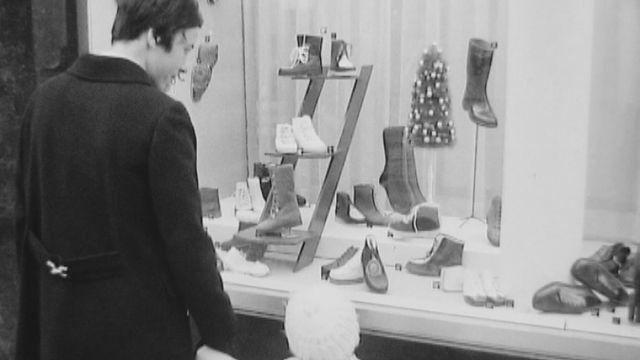 Le choix d'une chaussure en 1969. [RTS]
