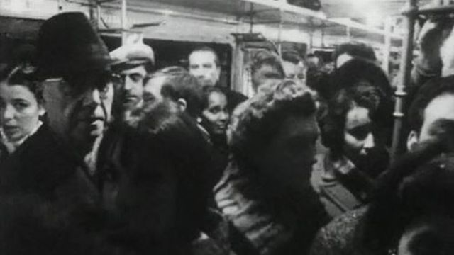 Il est 5 heures, Paris s'éveille...quand on attend le 1er métro. [RTS]