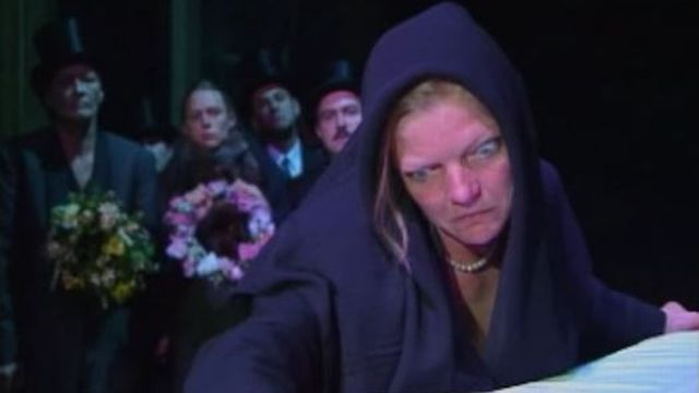 """La comédienne Franziska Kahl dans """"Frank V"""", de Friedrich Dürrenmatt, par le Théâtre des Osses, 1998. [RTS]"""