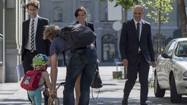Alain Berset déambulant (certes avec ses collaborateurs, mais sans protection) dans les rues bernoises. [Keystone]