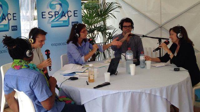 De gauche à droite: Max Lobe, Jean-Marie Félix, Anik Schuin, Frédéric Lugon et Claudia Quadri au livre sur les Quais. [RTS]