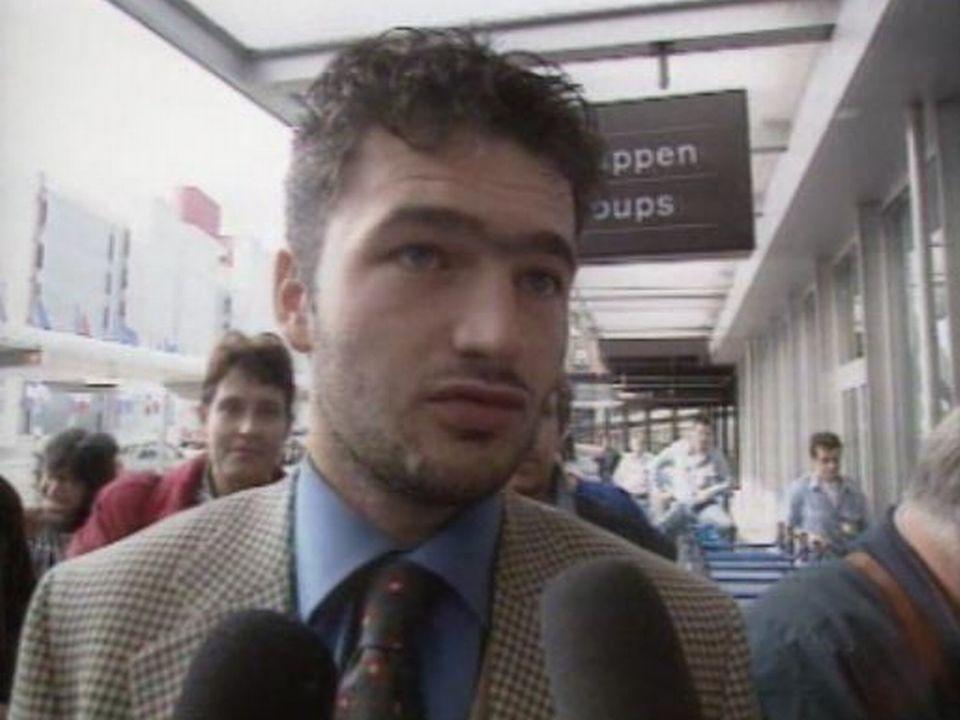 Cohue de journalistes avant le départ pour l'Angleterre.