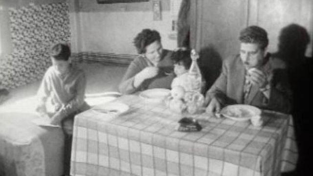 Dans le bidon-ville de la Praille, à Genève, en 1961. [RTS]