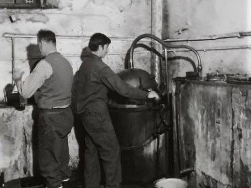 La meilleure eau de vie de Cheyre est faite dans un vieil alambic. [RTS]