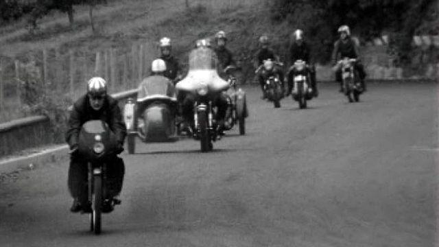 Une bande de copains pour partager une passion, la moto. [RTS]