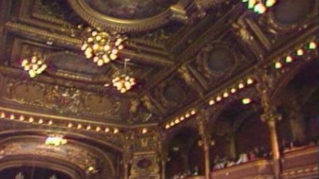 L'incendie a pris sur le podium et a ravagé la salle du Victoria Hall.