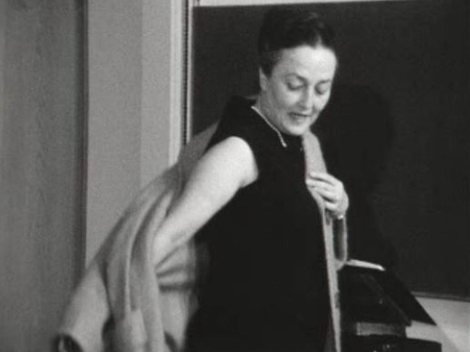 De l'art d'enfiler un manteau, 1966. [RTS]