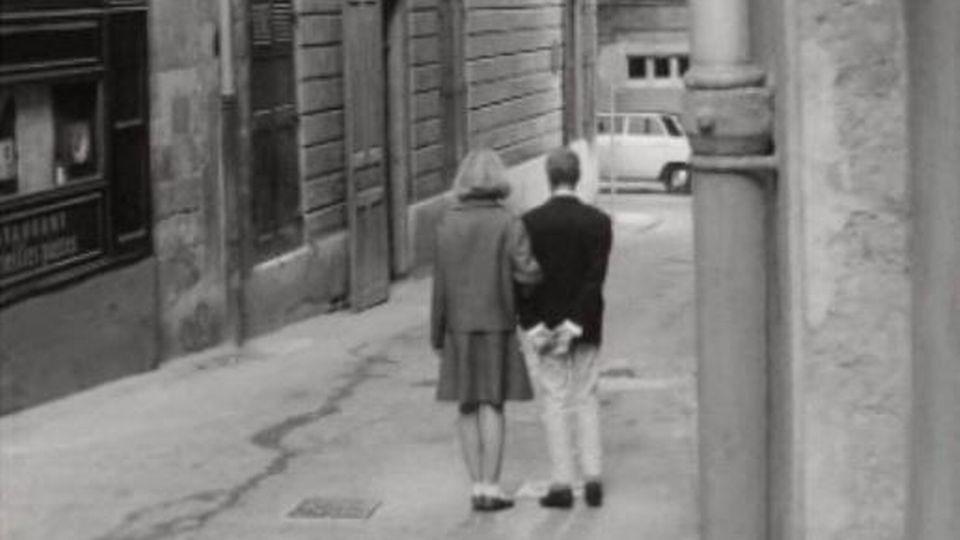 Marcher en couple dans la rue, une affaire de bonnes manières. [RTS]
