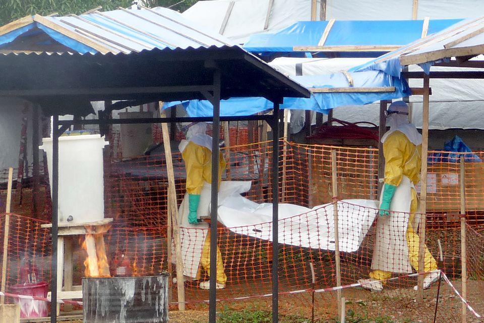 Deux employés du centre de traitement de Guéckédou en Guinée. [RTS]