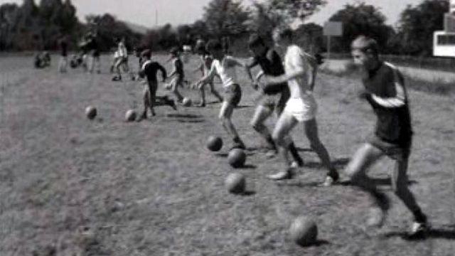 Qui sont ces jeunes footballeurs qui s'entraînent en vacances?