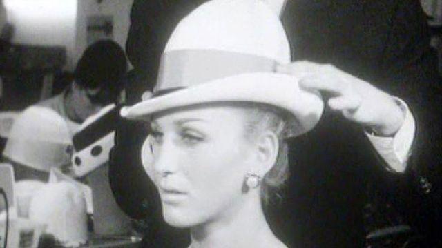 Quelle élégance, quelle classe une femme osant le chapeau.