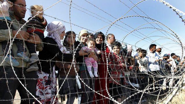 Les réfugiés syriens affluen à la frontière turque après avoir fui la région de Sanliurfa. [EPA/Sedat Suna - Keystone]