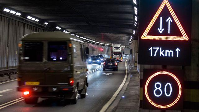 Les signatures contre le 2e tube au tunnel du Gothard seront remises d'ici le 15 janvier 2015. [Gaëtan Bally - Keystone]