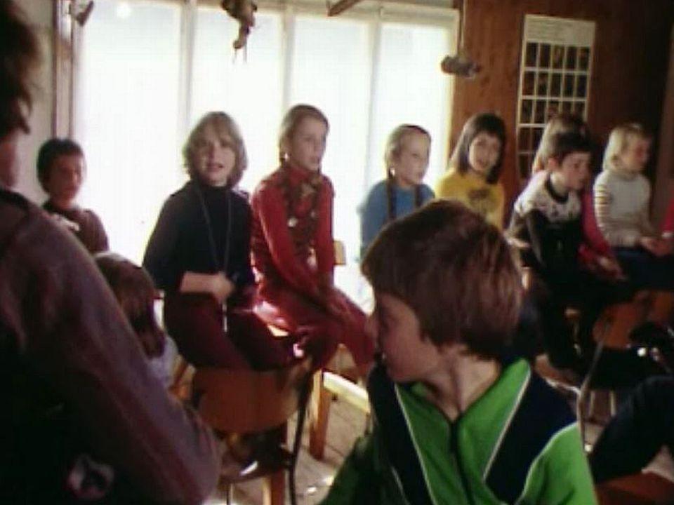 La formation religieuse des jeunes par les jeux et les chants.