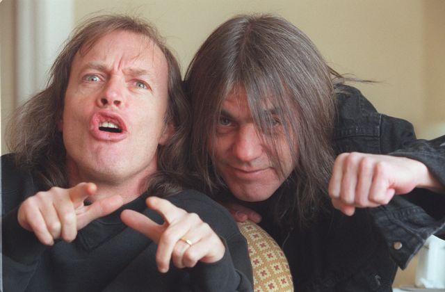 Une rare photo de Malcolm Young, à droite, en compagnie de son frère cadet Angus, en 2000. [Stan Behal - QMI AGENCY]