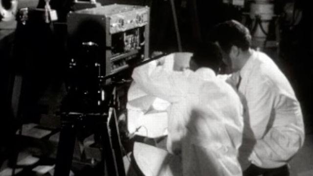 Des chercheurs travaillent au CERN en 1960. [RTS]