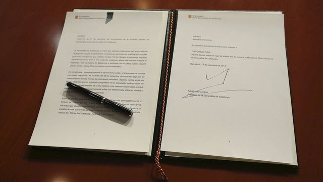 La signature du président catalan, Artur Mas. [Jordi Bedmar - Keystone]