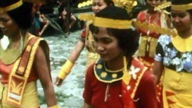 Danses traditionnelles pour les habitants de l'île de Nias. [RTS]