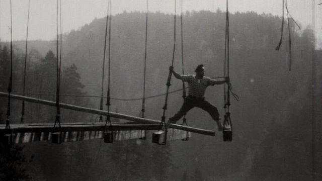 Ouvrier au-dessus du vide, lors démolition du pont du Gotteron, 1960. [RTS]