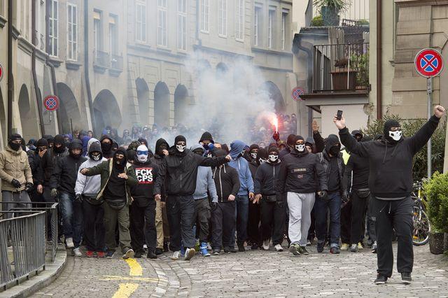 Des supporters du FC Zurich défilent en ville de Berne avant la finale de la Coupe de Suisse, en avril 2014. [Lukas Lehmann - Keystone]