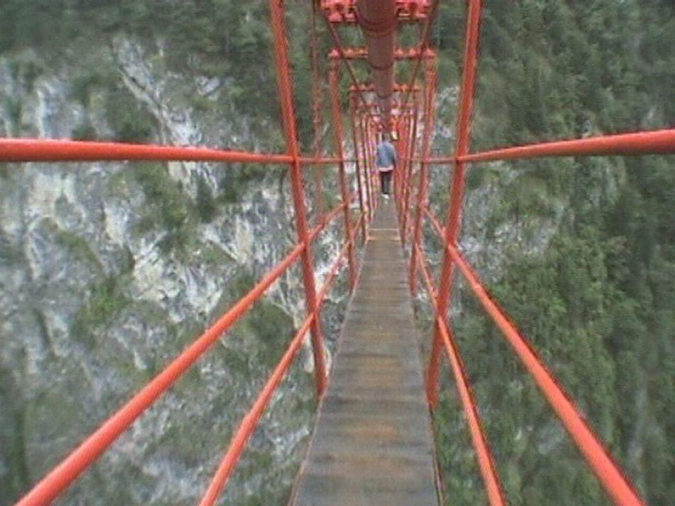 Le très vertigineux pont de Niouc, en Valais. [RTS]