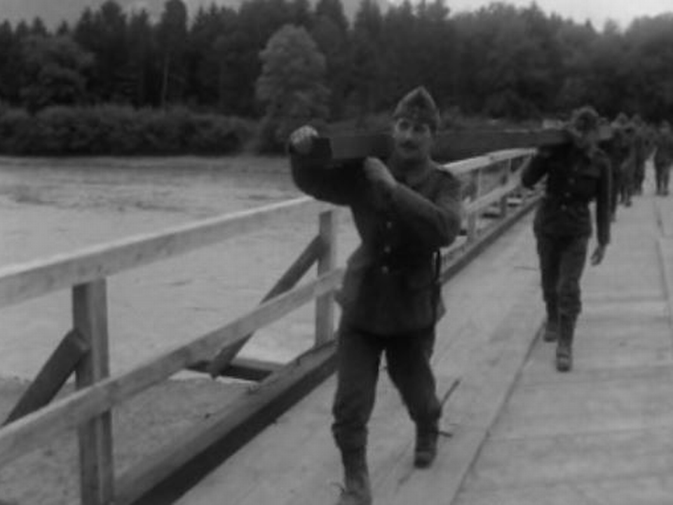 L'armée construit un pont aux Evouettes. [RTS]