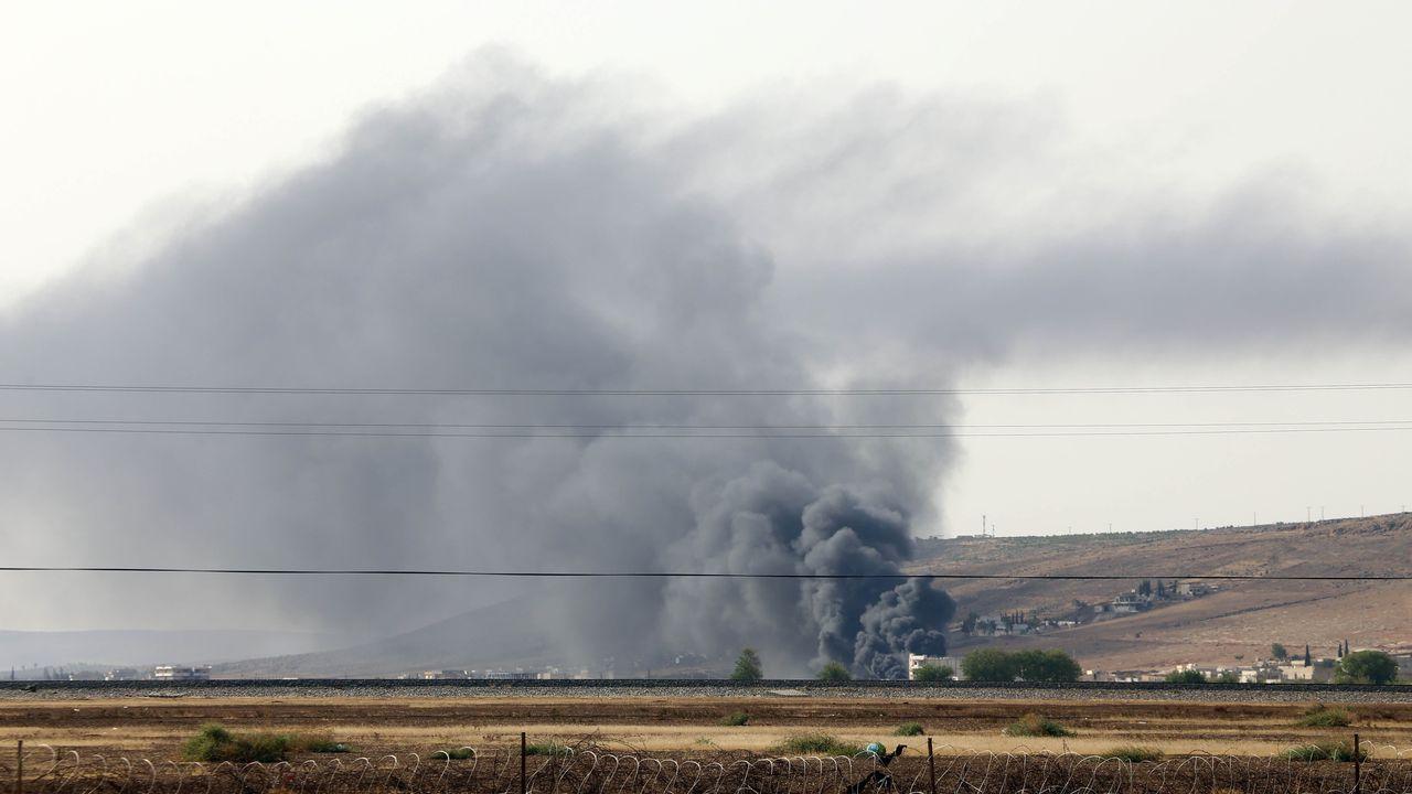 Une épaisse fumée noire flottait vendredi au-dessus de la ville d'Aïn al-Arab, à la frontière turco-syrienne. [Ibrahim Erikan / Anadolu Agency - AFP]