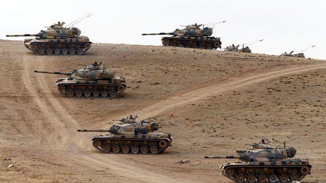 Les tanks turcs déployés à la frantière avec la Syrie dans le district de Suruc. [Keystone]