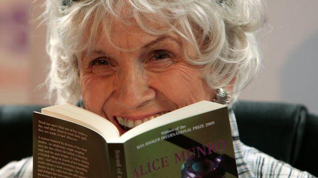 """2013 - Alice Munro (Canada) - L'écrivaine canadienne, né en 1931, est la première Canadienne à remporter le prix Nobel de littérature. Lauréate du Booker Prize en 2009, elle est décrite comme """"la maîtresse de la nouvelle contemporaine"""". Elle trouve sa principale inspiration dans son Ontario natal. [Peter Muhly - AFP]"""