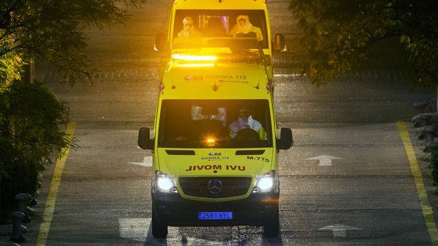 Une ambulance transporte l'aide-soignante qui a contracté le virus Ebola en Espagne. [AP Photo/Andres Kudacki - Keystone]