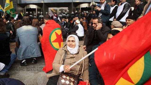 Les Kurdes ont manifesté partout en Europe, et notamment devant le Parlement européen à Bruxelles. [Olivier Hoslet - EPA/Keystone]