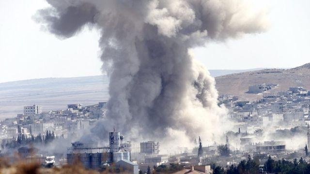 Bombardement, vraisemblablement par les forces alliées, dans l'ouest de Kobani contre des positions djihadistes. [Sedat Suna - EPA]