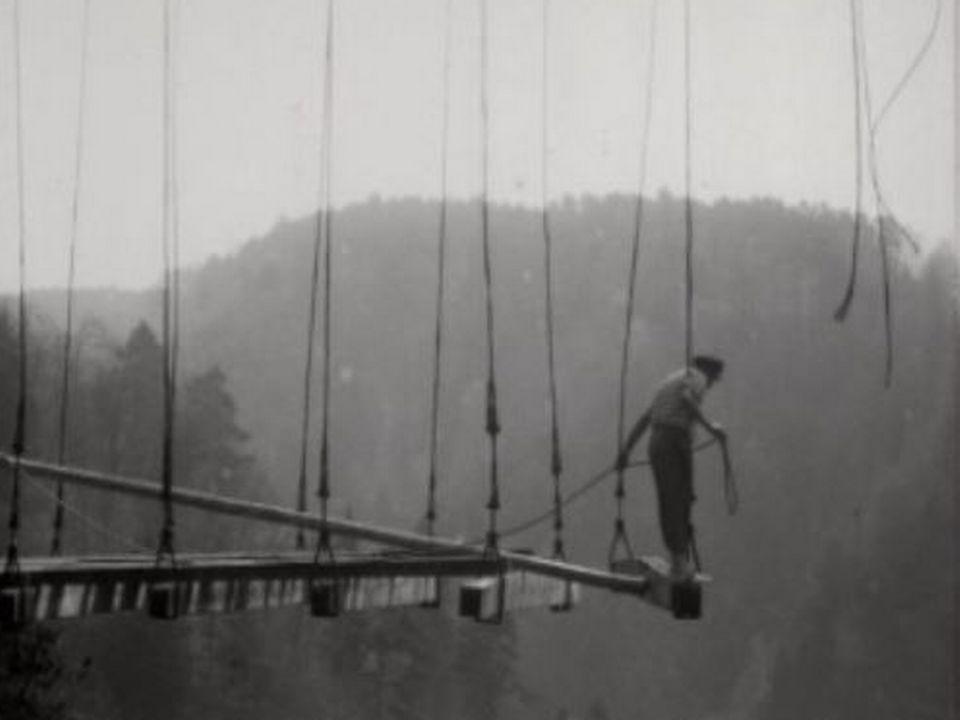 Ouvrier-funambule sur le chantier de démolition du pont du Gottéron. [RTS]