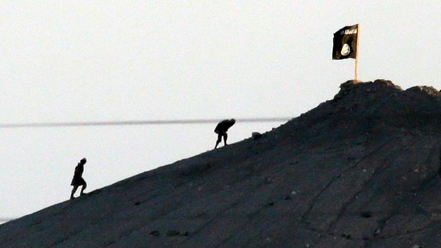 L'Etat islamique a pris position aux frontières de la Turquie. [Lefteris Pitarakis - AP Photo/Keystone]