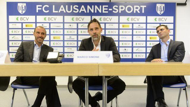 Marco Simone, au centre, entouré à droite de Leonard Thurre, coordinateur sportif du FC Lausanne-Sport et de Alain Joseph à gauche, président du club.  [Keystone]