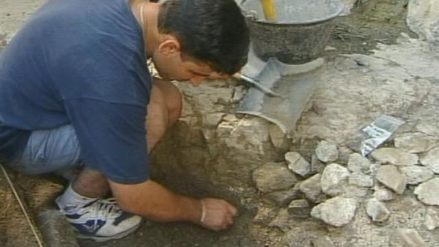 Fouilles archéologiques dans la cour de l'Abbaye en 2002. [RTS]