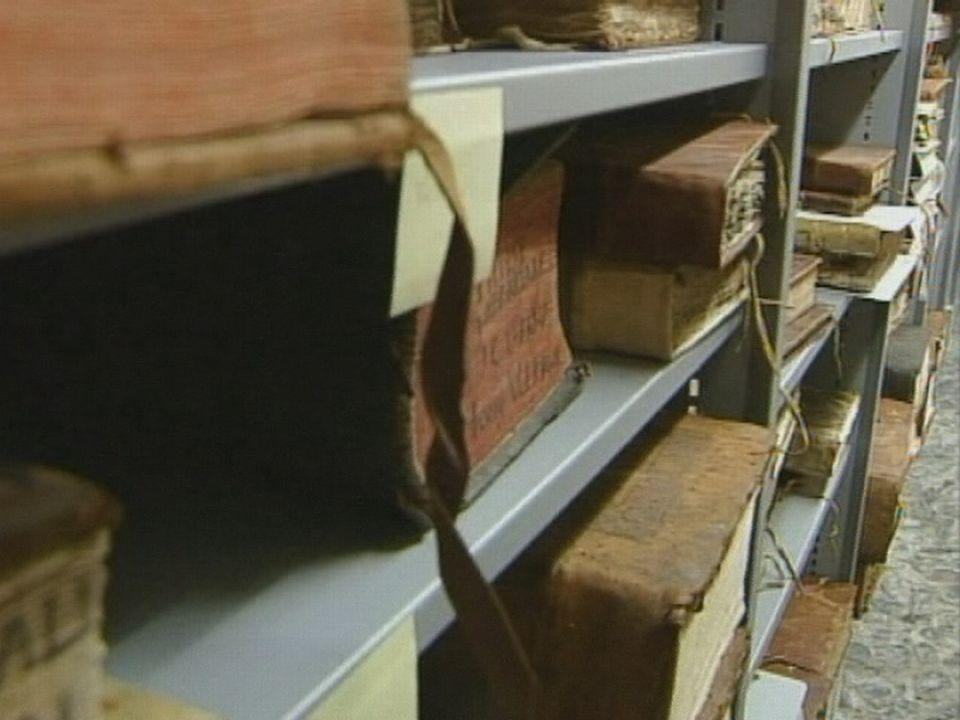 Début de l'inventaire de documents anciens de l'Abbaye de St-Maurice en 2001. [RTS]