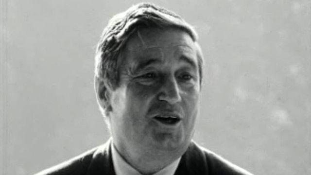 Le dessinateur Peney travaille sur une chanson de Marcel Amont.