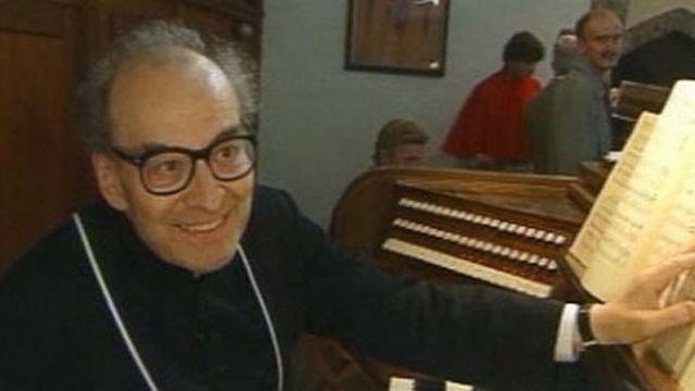 Le chanoine Georges Athanasiadès à l'orgue de Saint-Maurice en 2000 [RTS]
